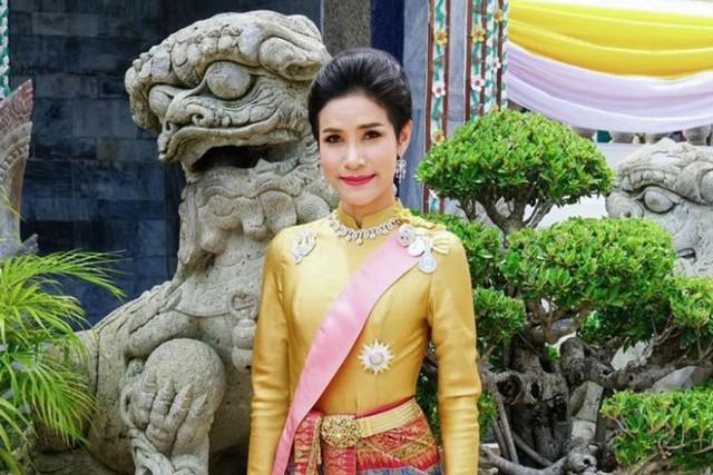 Hoàng quý phi Thái Lan mặc crop top lái máy bay - Ảnh 1.