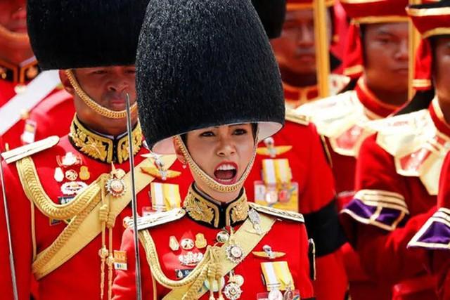 Hoàng quý phi Thái Lan mặc crop top lái máy bay - Ảnh 2.