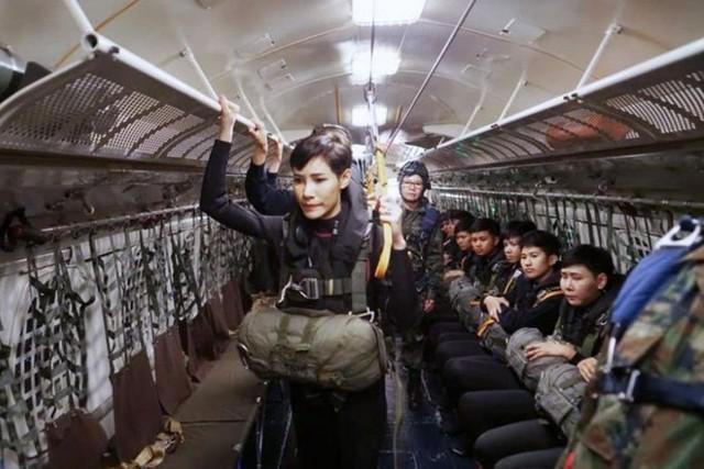 Hoàng quý phi Thái Lan mặc crop top lái máy bay - Ảnh 4.