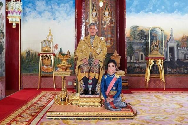 Hoàng quý phi Thái Lan mặc crop top lái máy bay - Ảnh 8.