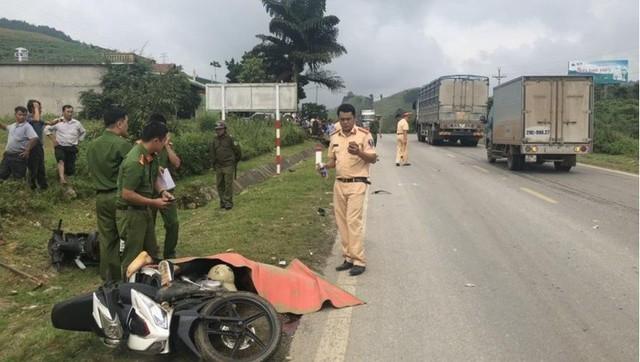 Thêm vụ TNGT nghiêm trọng ở quốc lộ 6 khiến 2 người thương vong - Ảnh 2.