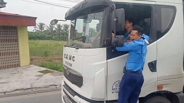 Thanh tra giao thông đánh đu trên xe quá tải né trạm cân gần 3km  - Ảnh 1.
