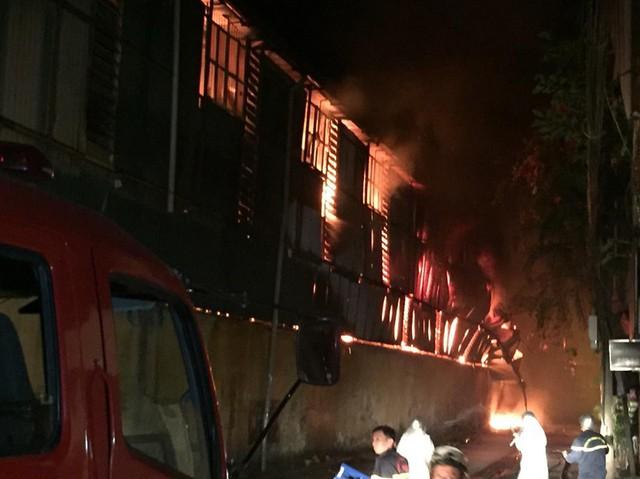 Đang cháy lớn tại nhà máy phích nước Rạng Đông, lửa lan sang nhà dân, xe cấp cứu đến rồi đi ngay - Ảnh 10.