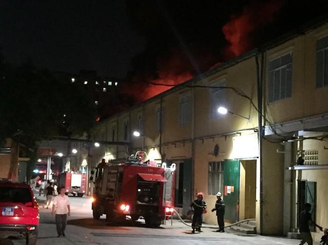 Đang cháy lớn tại nhà máy phích nước Rạng Đông, lửa lan sang nhà dân, xe cấp cứu đến rồi đi ngay - Ảnh 11.