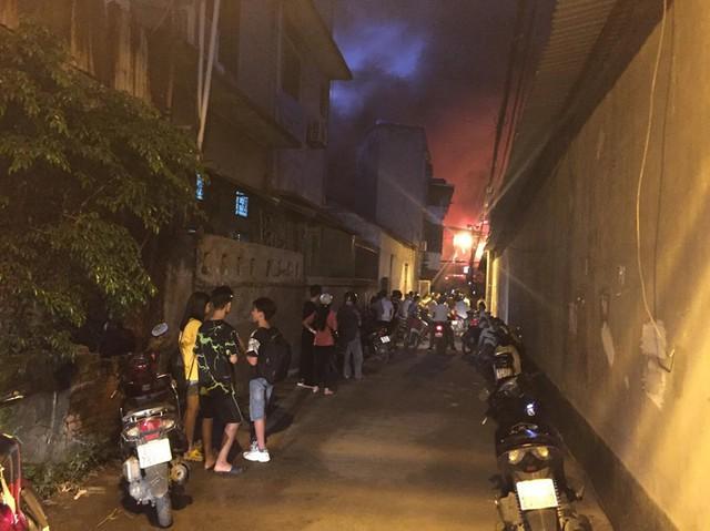 Đang cháy lớn tại nhà máy phích nước Rạng Đông, lửa lan sang nhà dân, xe cấp cứu đến rồi đi ngay - Ảnh 14.