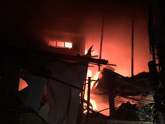 Đang cháy lớn tại nhà máy phích nước Rạng Đông, lửa lan sang nhà dân, xe cấp cứu đến rồi đi ngay - Ảnh 18.