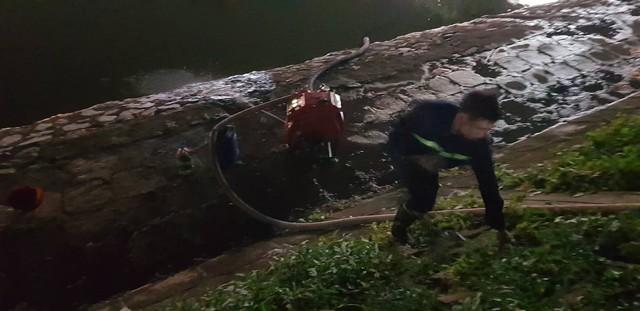 Đang cháy lớn tại nhà máy phích nước Rạng Đông, lửa lan sang nhà dân, xe cấp cứu đến rồi đi ngay - Ảnh 7.