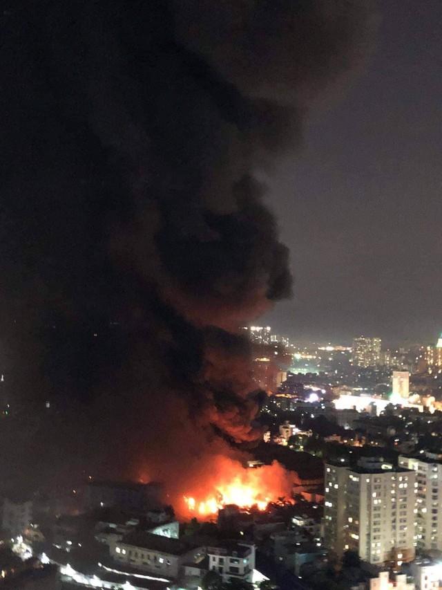 Đang cháy lớn tại nhà máy phích nước Rạng Đông, lửa lan sang nhà dân, xe cấp cứu đến rồi đi ngay - Ảnh 6.