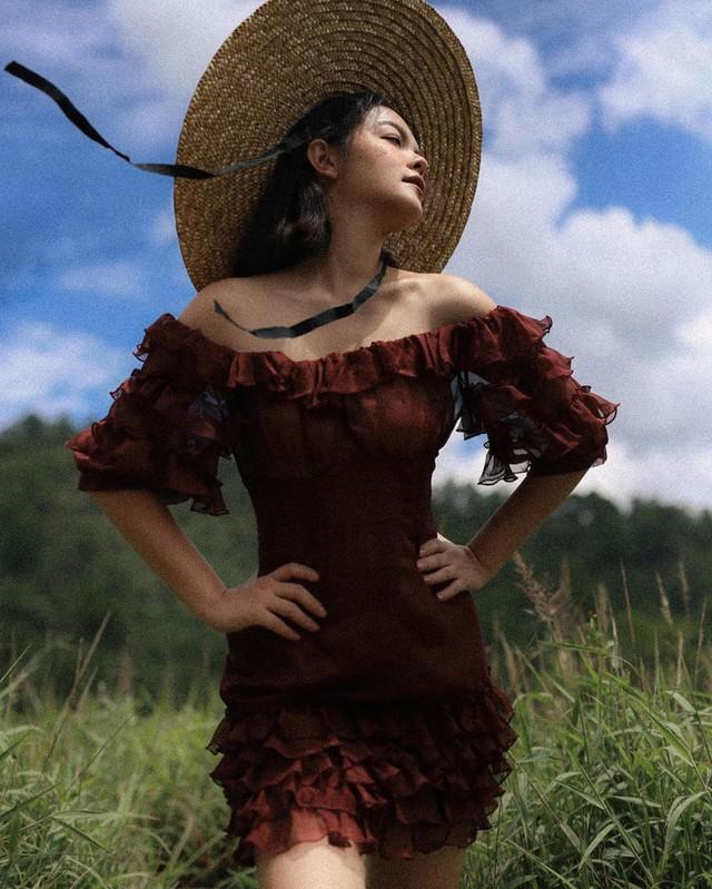 Cùng diện một kiểu váy sexy, Bảo Anh hay gái hai con Phạm Quỳnh Anh sẽ giành phần thắng? - Ảnh 1.