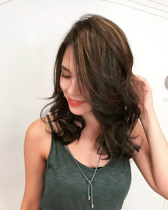 Chẳng cần tác động dao kéo, chỉ vài kiểu tóc đơn giản cũng có thể giấu nhẹm nhược điểm nọng cằm - Ảnh 1.