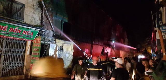 Đang cháy lớn tại nhà máy phích nước Rạng Đông, lửa lan sang nhà dân, xe cấp cứu đến rồi đi ngay - Ảnh 2.