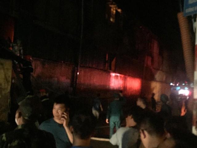 Đang cháy lớn tại nhà máy phích nước Rạng Đông, lửa lan sang nhà dân, xe cấp cứu đến rồi đi ngay - Ảnh 4.