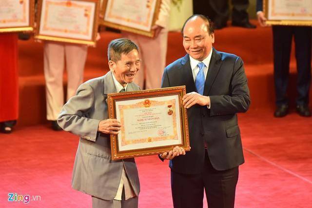 Nghệ sĩ 90 tuổi Trần Hạnh xúc động nhận danh hiệu NSND - Ảnh 3.