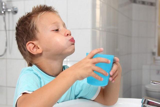 Sai lầm trầm trọng nếu dùng nước súc họng có chứa i ốt mà không hỏi bác sĩ - Ảnh 2.