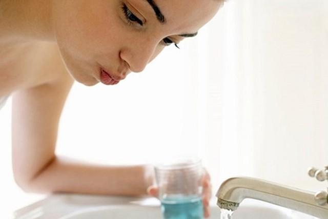 Sai lầm trầm trọng nếu dùng nước súc họng có chứa i ốt mà không hỏi bác sĩ - Ảnh 3.
