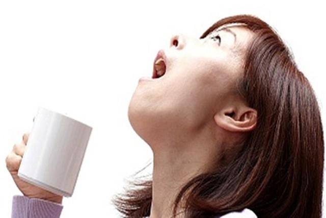 Sai lầm trầm trọng nếu dùng nước súc họng có chứa i ốt mà không hỏi bác sĩ - Ảnh 1.