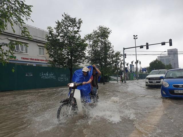 Gió giật mạnh, nhiều điểm ngập sâu, cây đổ tràn lan ở Hà Nội do ảnh hưởng mưa bão - Ảnh 1.