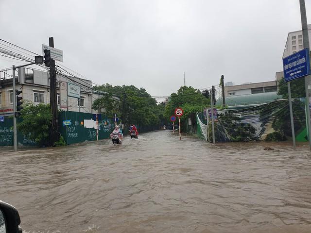 Gió giật mạnh, nhiều điểm ngập sâu, cây đổ tràn lan ở Hà Nội do ảnh hưởng mưa bão - Ảnh 2.