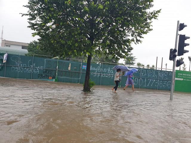 Gió giật mạnh, nhiều điểm ngập sâu, cây đổ tràn lan ở Hà Nội do ảnh hưởng mưa bão - Ảnh 3.