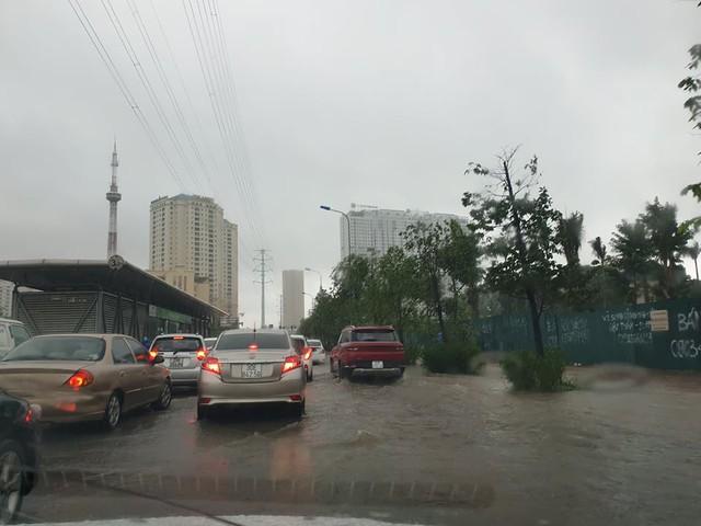Gió giật mạnh, nhiều điểm ngập sâu, cây đổ tràn lan ở Hà Nội do ảnh hưởng mưa bão - Ảnh 9.