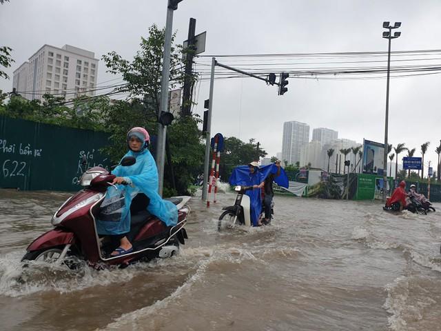 Gió giật mạnh, nhiều điểm ngập sâu, cây đổ tràn lan ở Hà Nội do ảnh hưởng mưa bão - Ảnh 4.