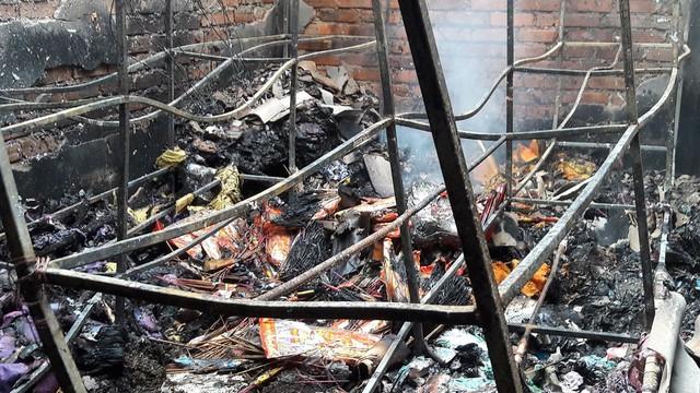 Cháy lớn ở chợ Voi (Hà Tĩnh), người dân hoảng loạn trong đêm - Ảnh 1.