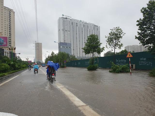 Gió giật mạnh, nhiều điểm ngập sâu, cây đổ tràn lan ở Hà Nội do ảnh hưởng mưa bão - Ảnh 5.