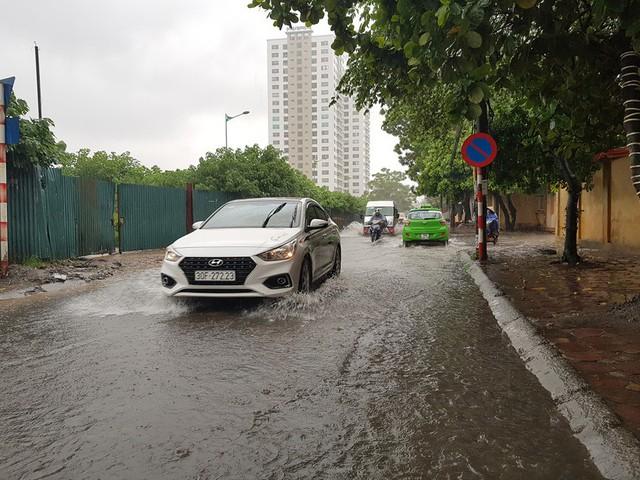 Gió giật mạnh, nhiều điểm ngập sâu, cây đổ tràn lan ở Hà Nội do ảnh hưởng mưa bão - Ảnh 8.