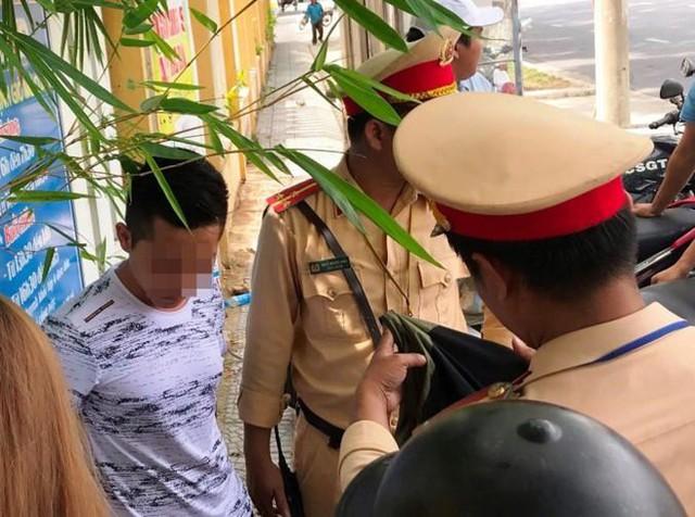 Thanh niên chở bạn gái tông xe vào CSGT rồi bỏ chạy - Ảnh 1.