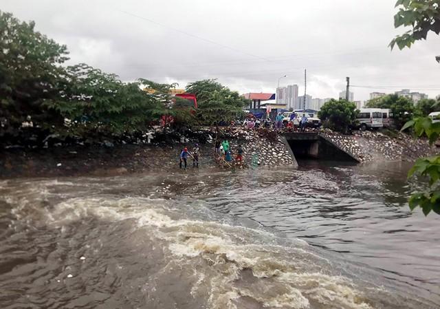 Sau mưa ngập, người Thủ đô hào hứng bắt hàng tấn cá dưới sông Kim Ngưu - Ảnh 5.