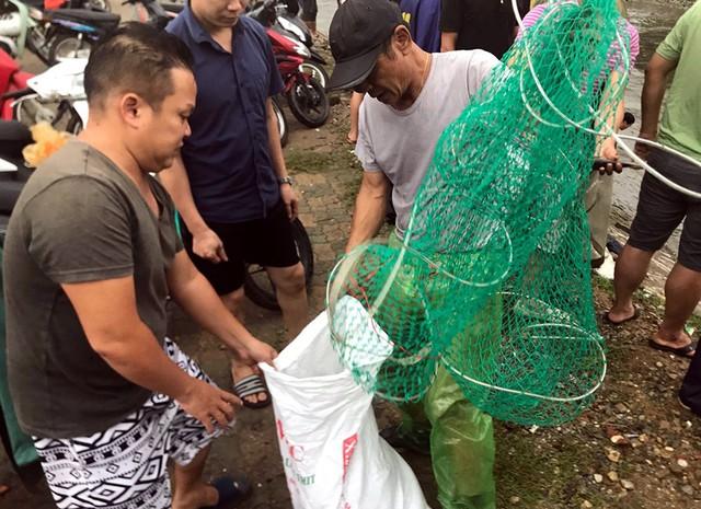 Sau mưa ngập, người Thủ đô hào hứng bắt hàng tấn cá dưới sông Kim Ngưu - Ảnh 10.