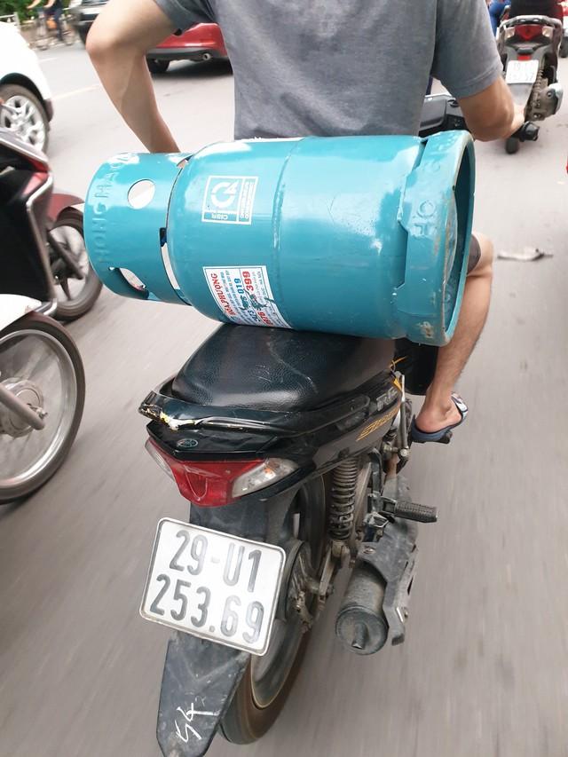 """""""Lạnh gáy"""" những cách chở gas nguy hiểm ở Hà Nội - Ảnh 2."""