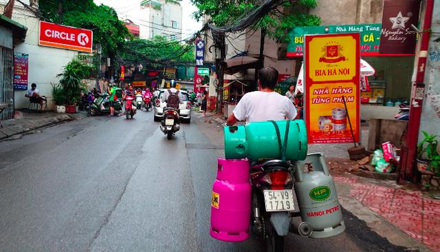 """""""Lạnh gáy"""" những cách chở gas nguy hiểm ở Hà Nội - Ảnh 1."""
