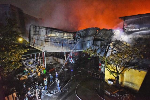 Những câu hỏi về sự bất nhất trong cảnh báo rủi ro từ vụ cháy kho Rạng Đông - Ảnh 2.