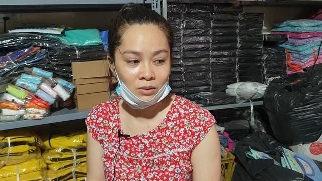 Chùm ảnh: Người dân bịt kín mặt mũi đối phó mùi hôi khét sau vụ cháy kho Công ty Rạng Đông - Ảnh 13.