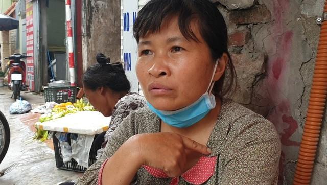 Chùm ảnh: Người dân bịt kín mặt mũi đối phó mùi hôi khét sau vụ cháy kho Công ty Rạng Đông - Ảnh 12.