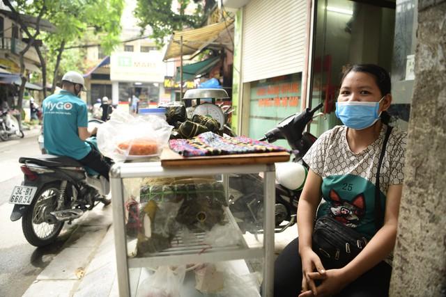 Chùm ảnh: Người dân bịt kín mặt mũi đối phó mùi hôi khét sau vụ cháy kho Công ty Rạng Đông - Ảnh 9.