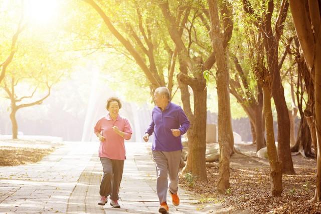 Người cao tuổi bị đau xương khớp nên tập luyện thế nào? - Ảnh 1.