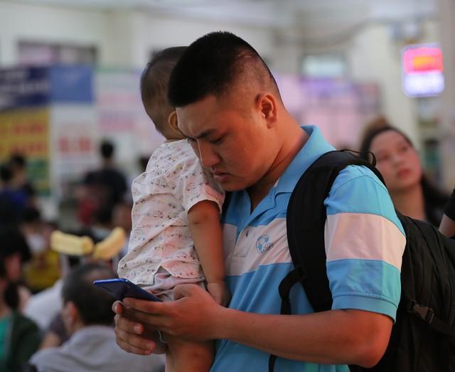 Người dân vội vã đổ ra bến xe về quê nghỉ lễ 2/9 trước khi Hà Nội mưa dông ập tới - Ảnh 7.