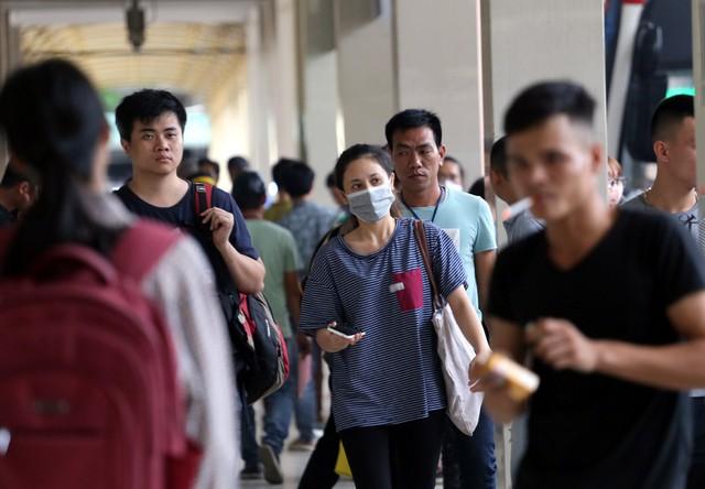 Người dân vội vã đổ ra bến xe về quê nghỉ lễ 2/9 trước khi Hà Nội mưa dông ập tới - Ảnh 13.