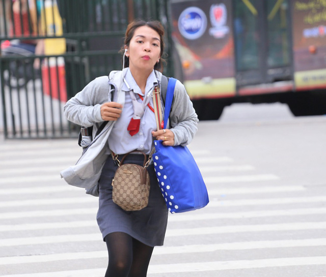 Người dân vội vã đổ ra bến xe về quê nghỉ lễ 2/9 trước khi Hà Nội mưa dông ập tới - Ảnh 3.