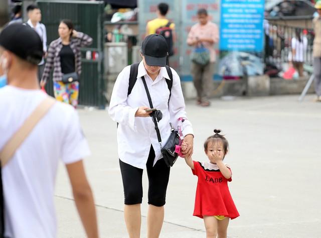 Người dân vội vã đổ ra bến xe về quê nghỉ lễ 2/9 trước khi Hà Nội mưa dông ập tới - Ảnh 5.