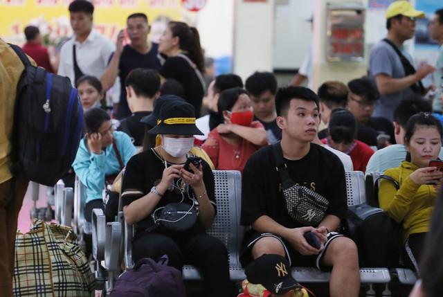 Người dân vội vã đổ ra bến xe về quê nghỉ lễ 2/9 trước khi Hà Nội mưa dông ập tới - Ảnh 10.
