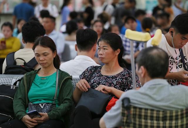 Người dân vội vã đổ ra bến xe về quê nghỉ lễ 2/9 trước khi Hà Nội mưa dông ập tới - Ảnh 11.