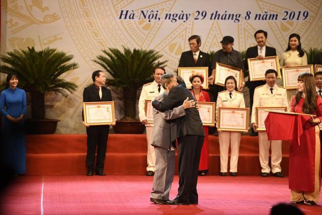 NSND Trần Hạnh: Mắt hỏng, 3 lần cúi thấp người cảm ơn và bước chân run rẩy lên nhận danh hiệu - Ảnh 3.