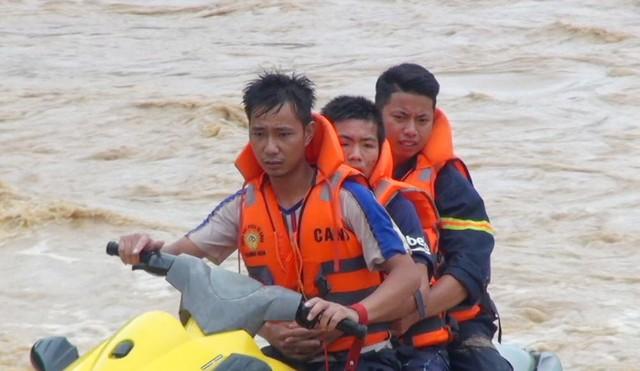 Hình ảnh lay động lòng người của những chiến sỹ công an dầm mình trong nước lũ cứu người - Ảnh 5.