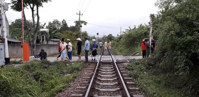 Ngồi xem điện thoại trên đường sắt, học sinh lớp 10 bị tàu cán tử vong - Ảnh 1.