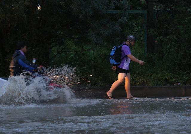 Hà Nội: Vạn người vật lộn trong biển nước trước cổng Thiên đường Bảo Sơn - Ảnh 9.