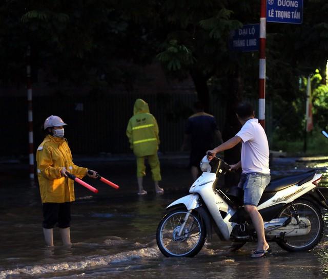 Hà Nội: Vạn người vật lộn trong biển nước trước cổng Thiên đường Bảo Sơn - Ảnh 10.