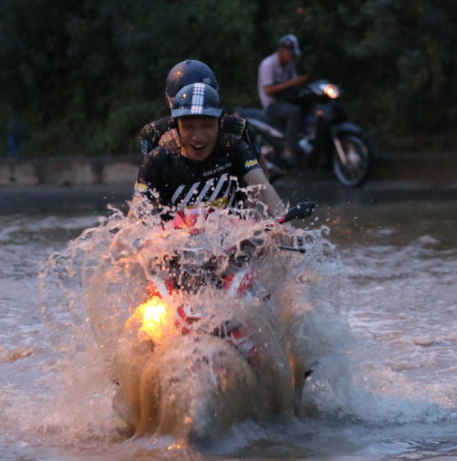 Hà Nội: Vạn người vật lộn trong biển nước trước cổng Thiên đường Bảo Sơn - Ảnh 7.